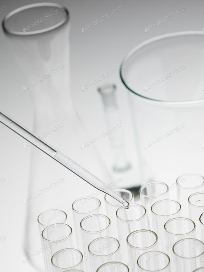 Laborexperimente Glaswaren auf weißem Hintergrund