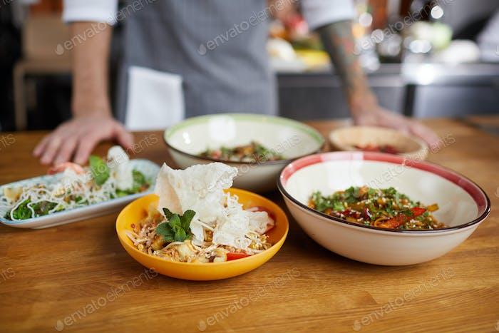 Comida asiática en la mesa en el restaurante