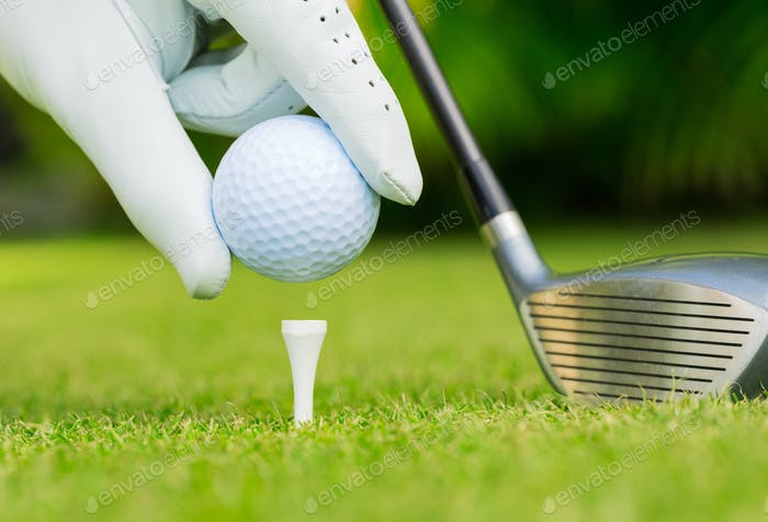Vista de cerca de la pelota de golf en tee en el campo de golf