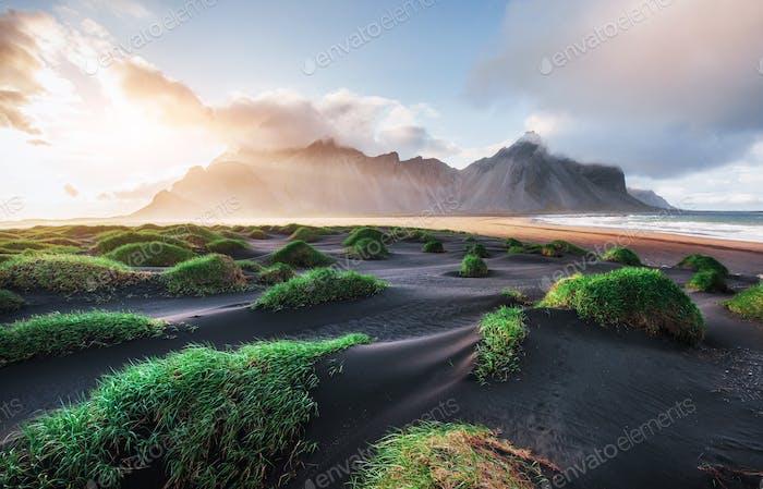 Fantastische westlich der Berge und vulkanischen Lavasanddünen am Strand Stokksness, Island
