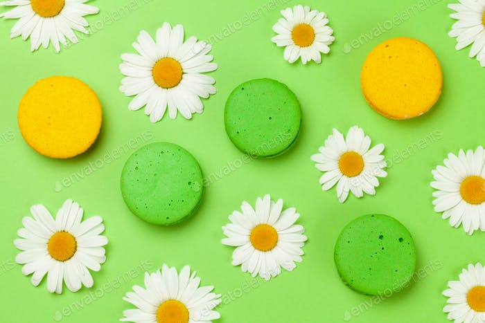 Kamillenblüten und Makaron-Kekse