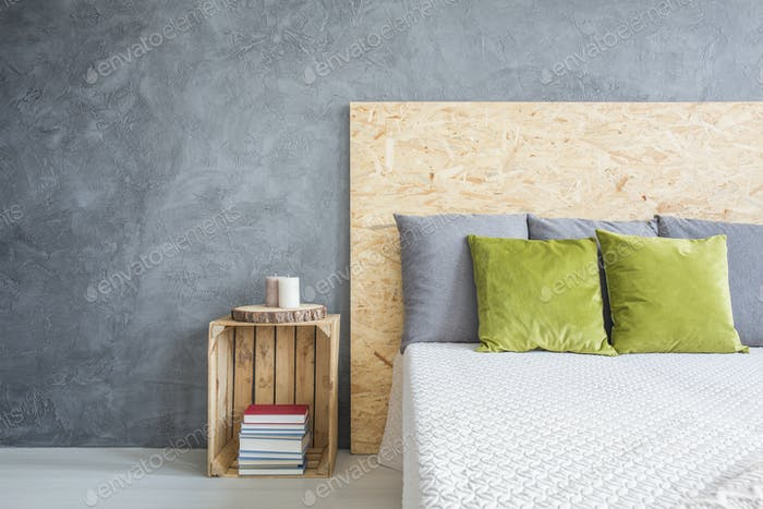 Schlafzimmer mit dekorativer Wanddekoration