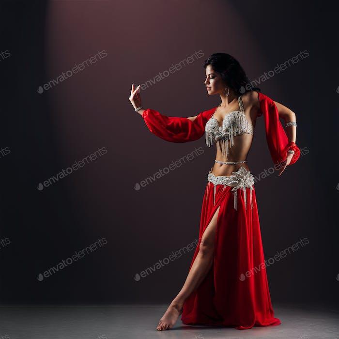 schönes Mädchen in roten ethnischen Kleid tanzen orientalischen Bauchtanz