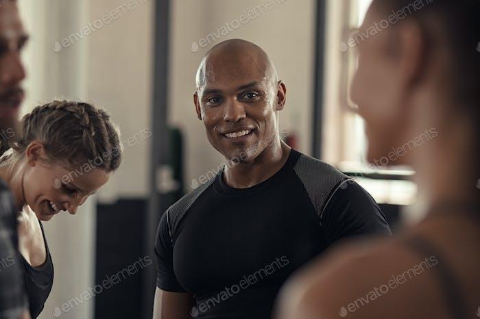 Fitness Menschen sprechen im Fitnessstudio