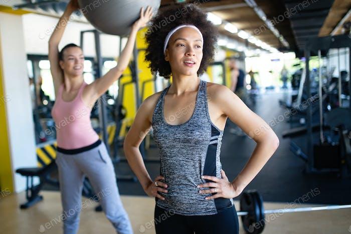 Schöne sexy Frau Ausbildung Pilates in Fitness-Studio