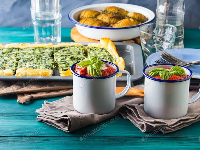 Mittagessen mit Suppe, Quiche und Kartoffeln