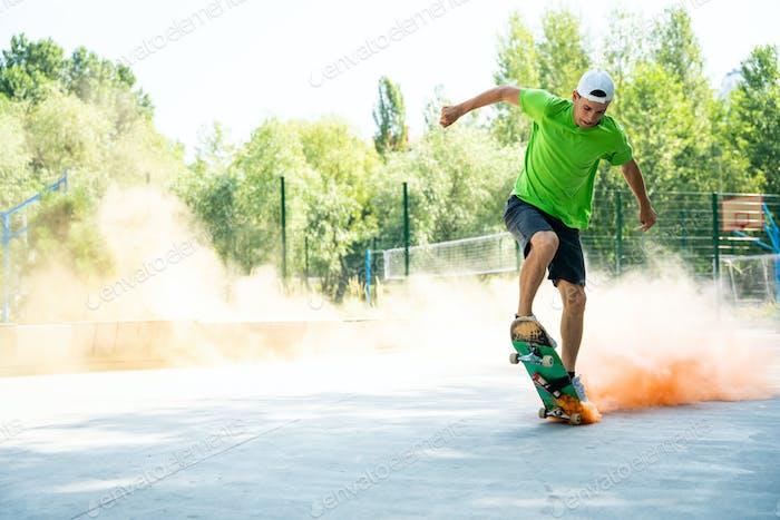 patinadores con bombas de humo de colores