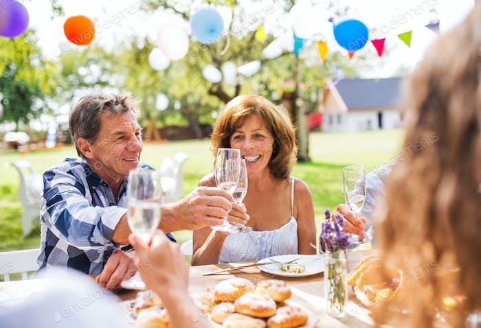 Familienfeier oder eine Gartenparty draußen im Garten.