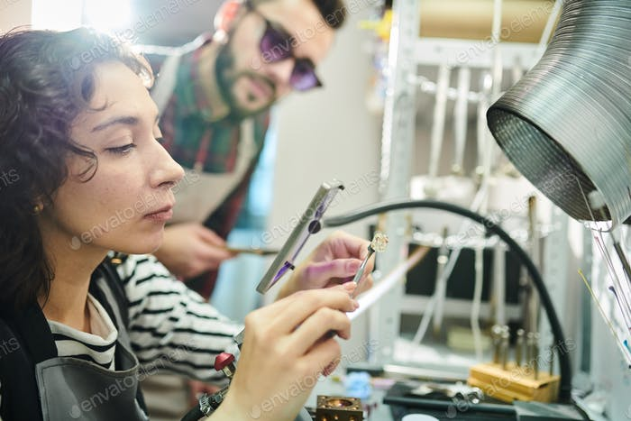Frau macht Glasarbeit