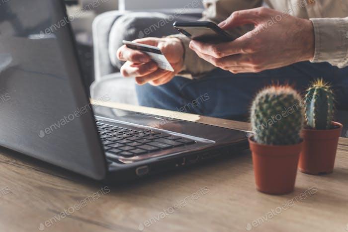 Online-Zahlung mit Smartphone oder Laptop