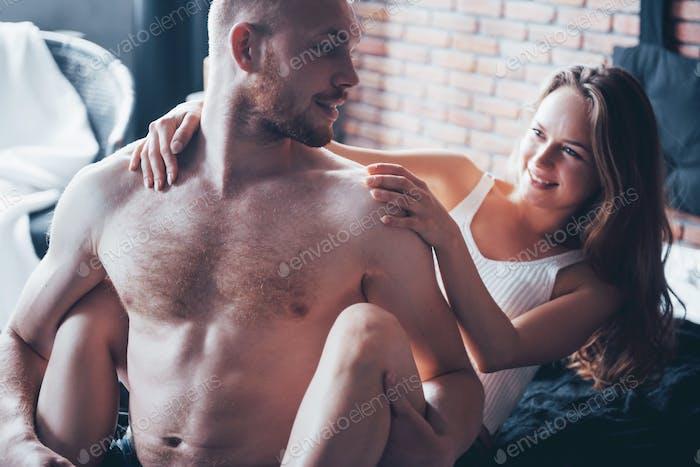 Sexy junges Paar. Sinnliche Beziehungen, Mann und Frau sind nackt