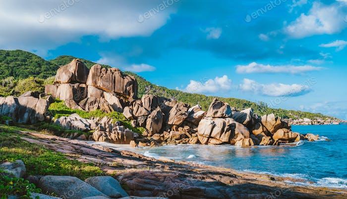 Panorama von Grand L Anse abgelegenen Strand, La Digue, Seychellen. Tropische Küste mit einzigartigem Granit