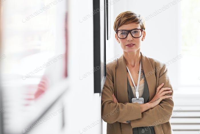 Moderne elegante Frau Verwaltung Kunstgalerie