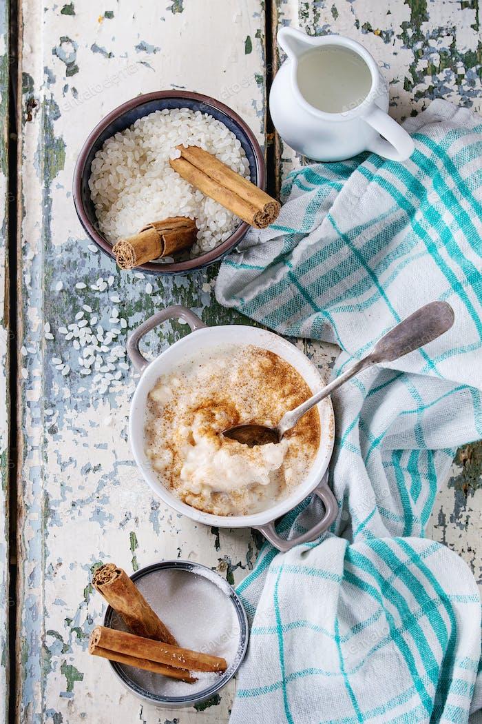 Zutaten für die Herstellung von Reispudding