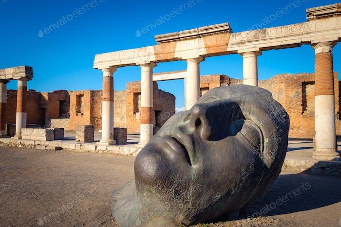 Blick auf die Ruinen und Bronzestatue in der antiken Stadt Pompeji