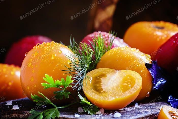Ganze und geschnittene Orangentomaten, Dill, Petersilie, lila Basilikum