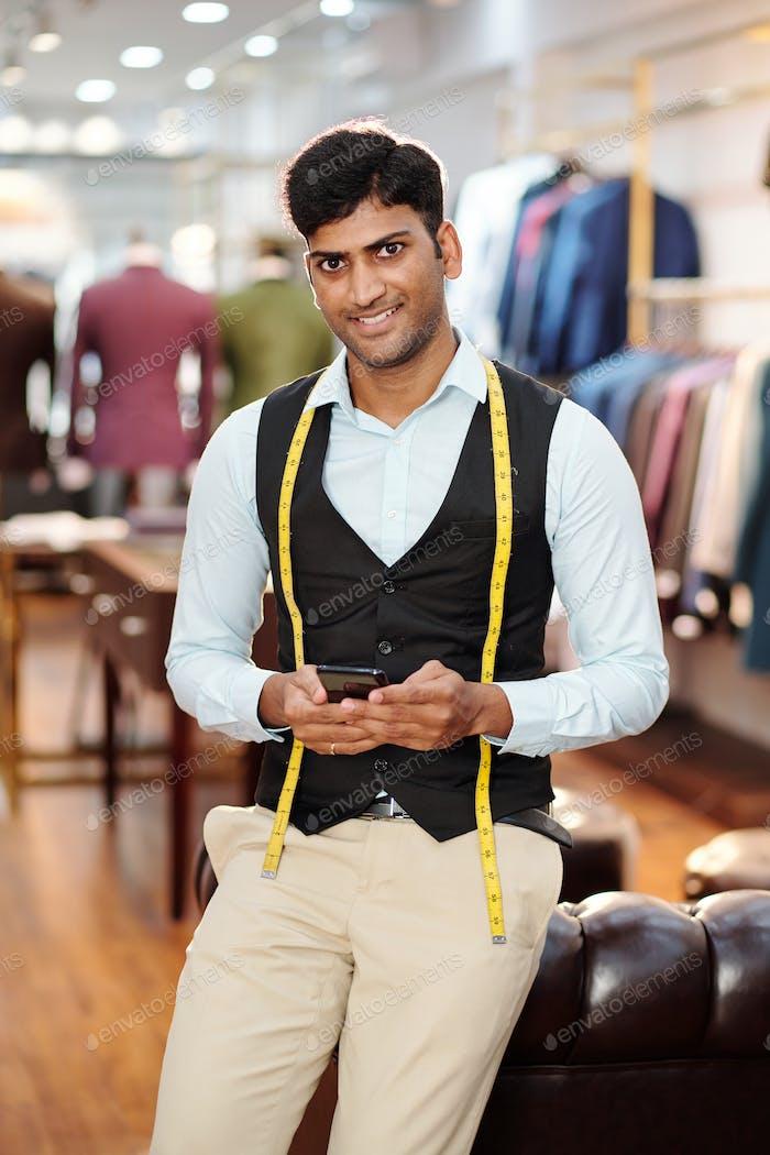 Schöner junger indischer Schneider