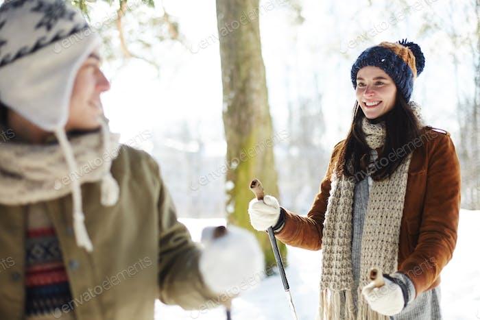 jóvenes pareja disfrutando de esquí