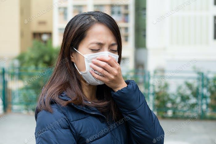 Junge Frau mit Gesichtsmaske kalt