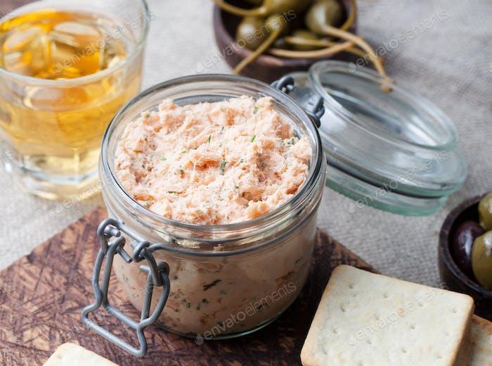 Geräucherter Lachs und Käseaufstrich, Pastete, Cracker
