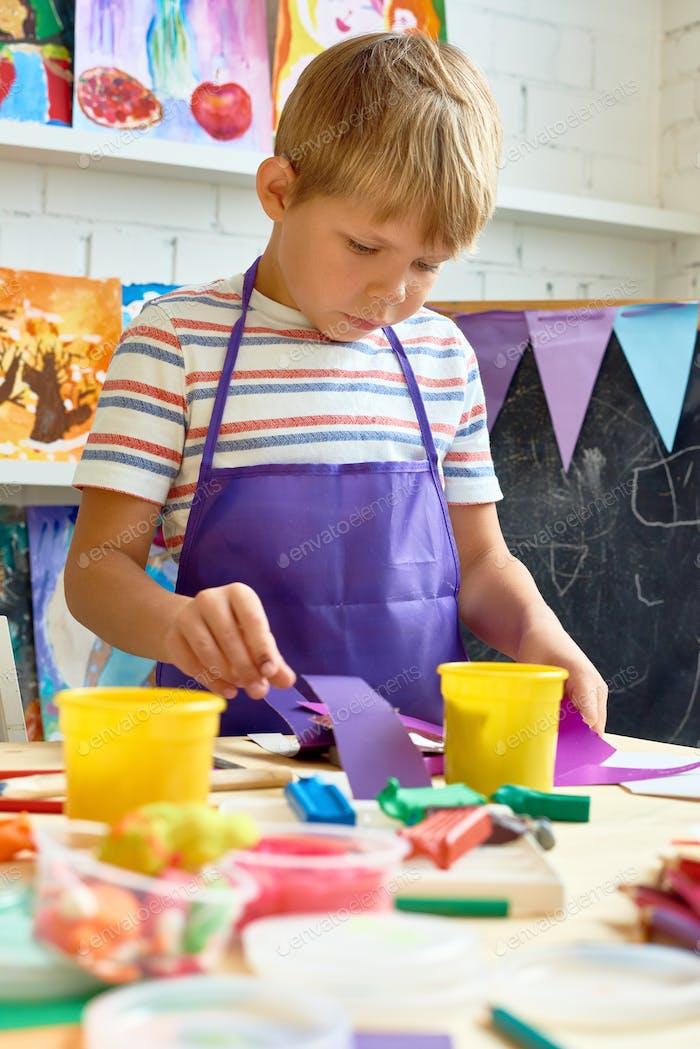 Kleiner Junge in Kunst und Handwerk Klasse
