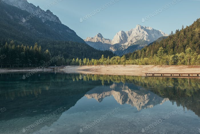 Morgenreflexionen der Berge, Wälder und Hügel im Jasna-See in Kranjska Gora, Slowenien.