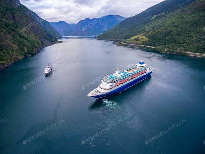 Kreuzfahrtschiff, Kreuzfahrtschiff auf Sognefjord oder Sognefjorden, Norwegen