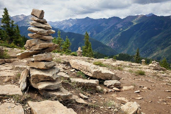 Piedras en el sendero turístico