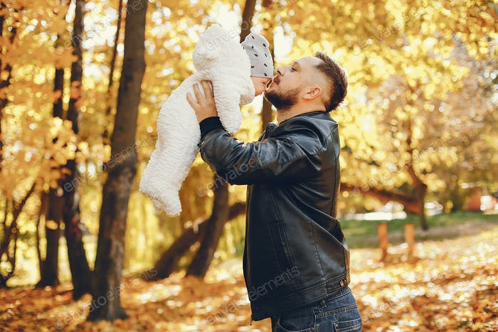 Niedliche Familie spielen in einem Herbstpark