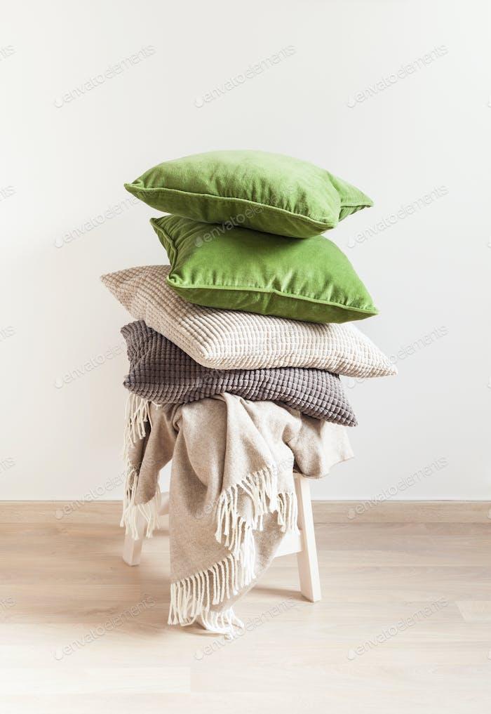 grau und grün Kissen, werfen. gemütliches Zuhause