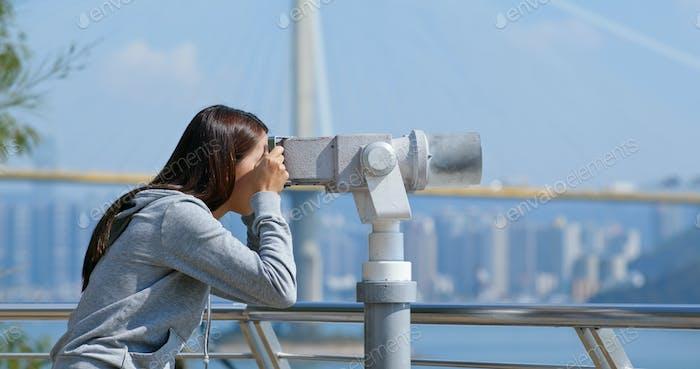 Tourist Blick auf das Fernglas, um die Aussicht in Hong Kong zu sehen