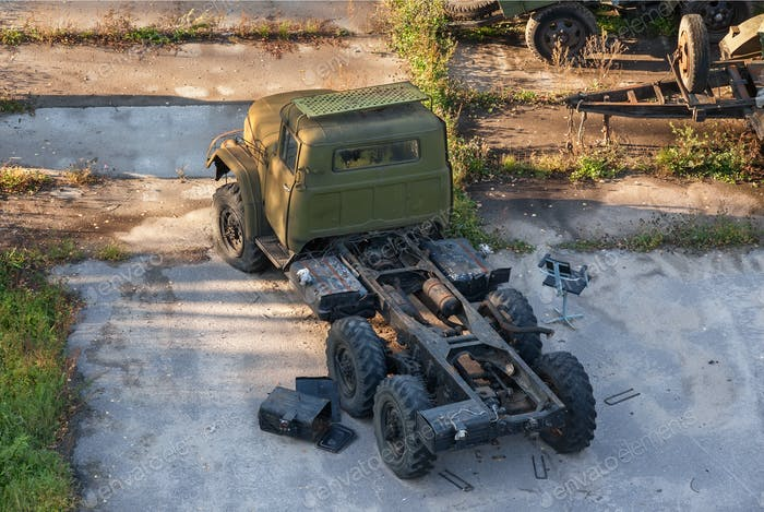 Russische rostige alte Armee LKW