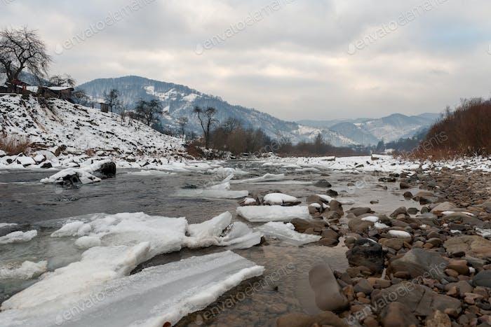 Schöne Winterlandschaft mit Fluss