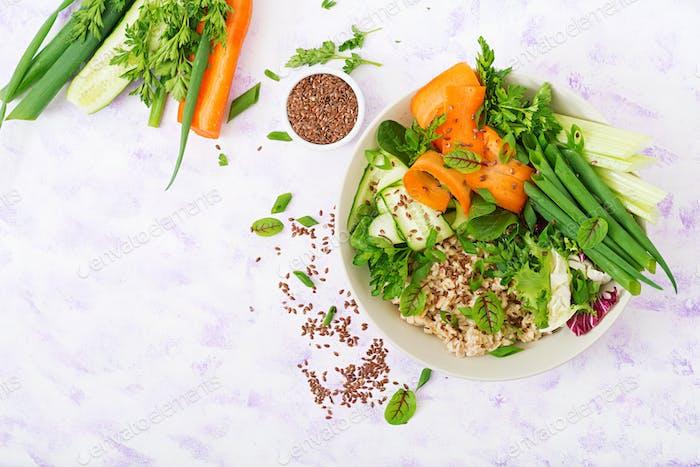 Diät-Menü. Gesunder Lebensstil. Haferbrei und frisches Gemüse