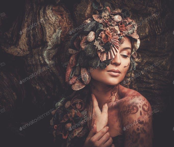 Nymphe Frau in einem magischen Wald