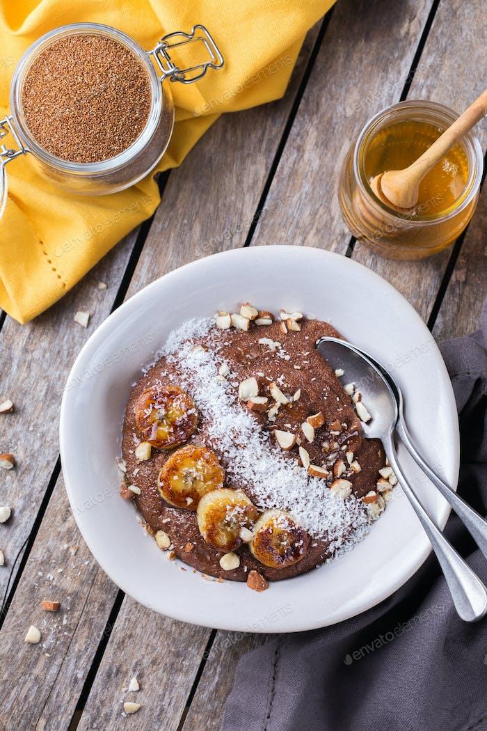 Teff Getreidebrei mit Bananen-Topping zum Frühstück