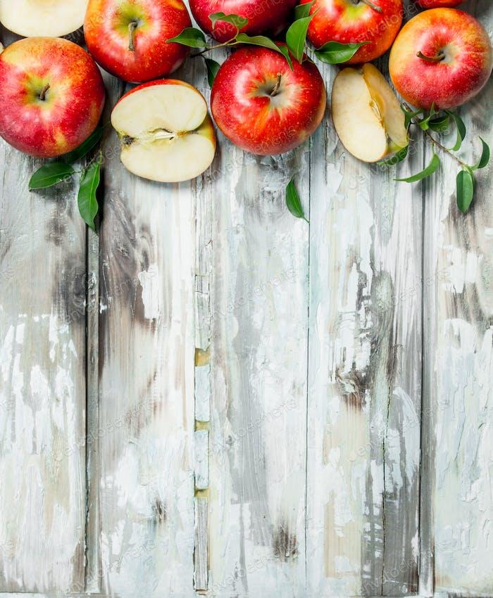 Rote Äpfel und Apfelscheiben.