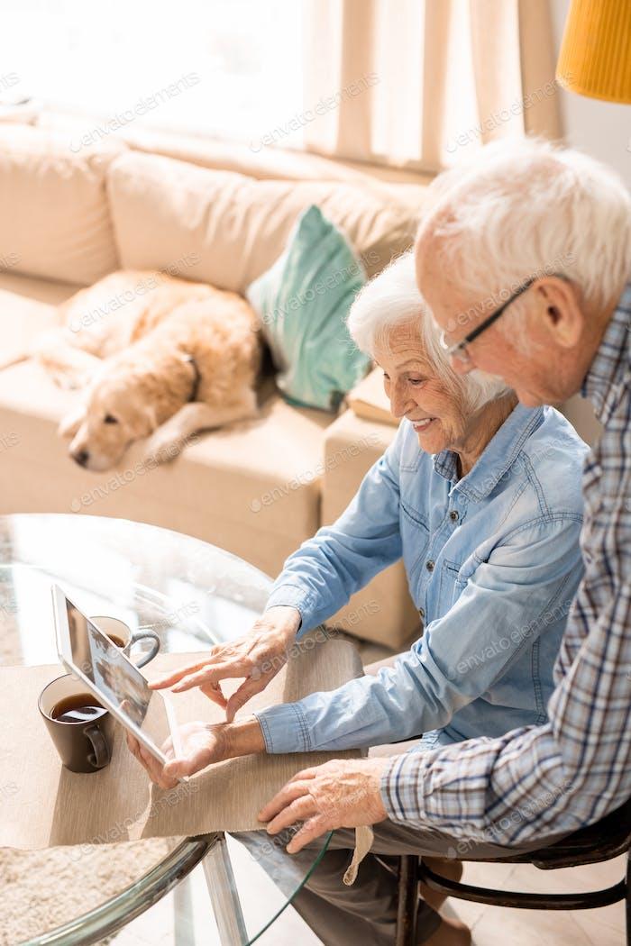 Ältere Paare mit Digital-Tablet