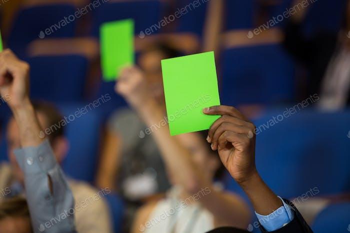 Führungskräfte zeigen ihre Zustimmung, indem sie die Hände heben