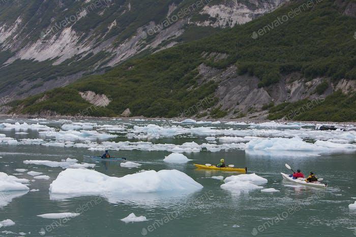Seekajakfahrer paddeln in der Gletscherlagune an einem Gletscherterminal an der Küste von Alaska