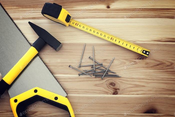 Nahaufnahme von Werkzeugen auf Holz