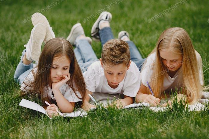 Glückliche Kinder sitzen in der Nähe und lächeln