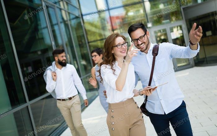 Glückliche Geschäftskollegen im modernen Büro