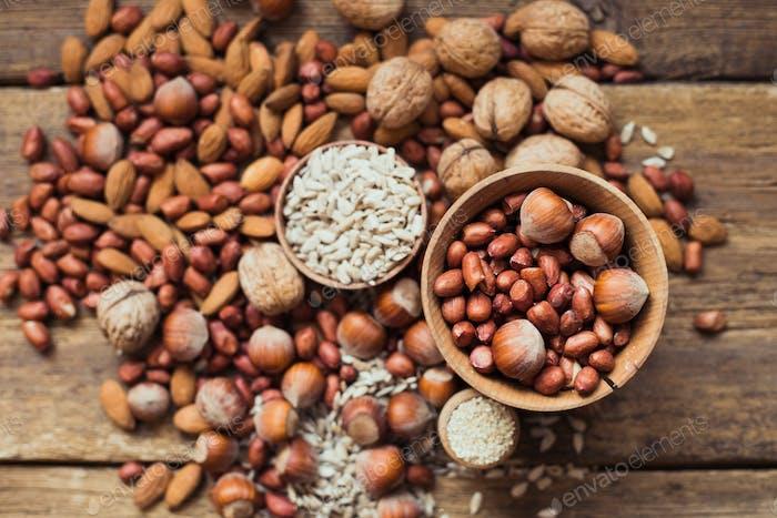 Mix aus Nüssen Mandeln, Walnüssen, Erdnüssen, Haselnüssen, Sonnenblumenkernen