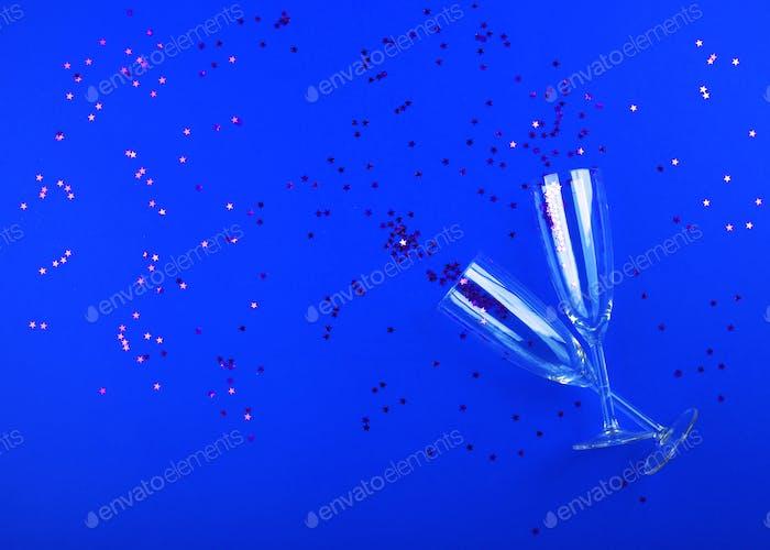 Бокалы для шампанского с конфетти на классическом синем