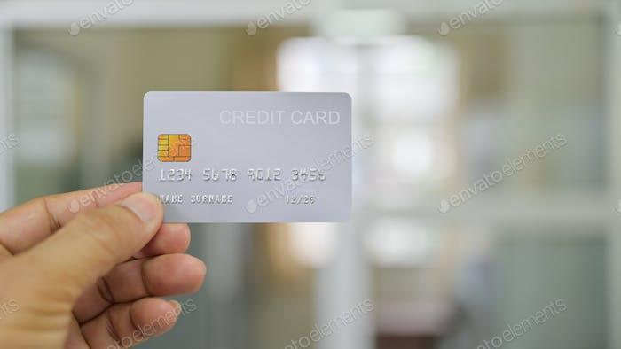 Close - up Schuss von Hand zeigt Kreditkarte.