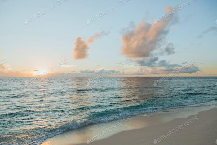 wunderschöne Seelandschaft bei Sonnenuntergang auf der Insel Thoddoo, Malediven
