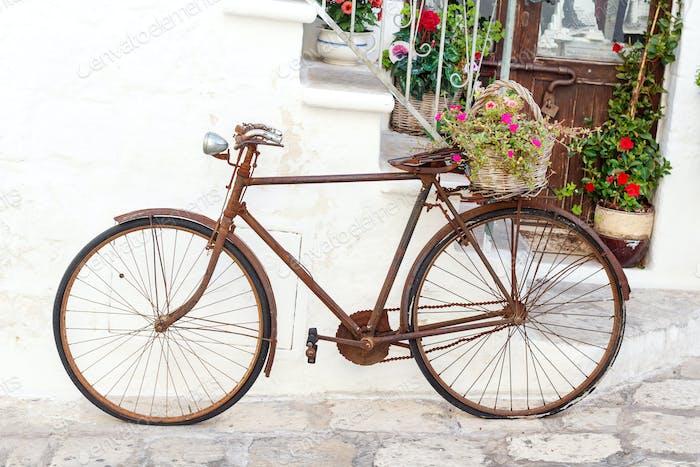 Dekoratives Fahrrad auf der Straße der Stadt Ostuni, Apulien, Italien