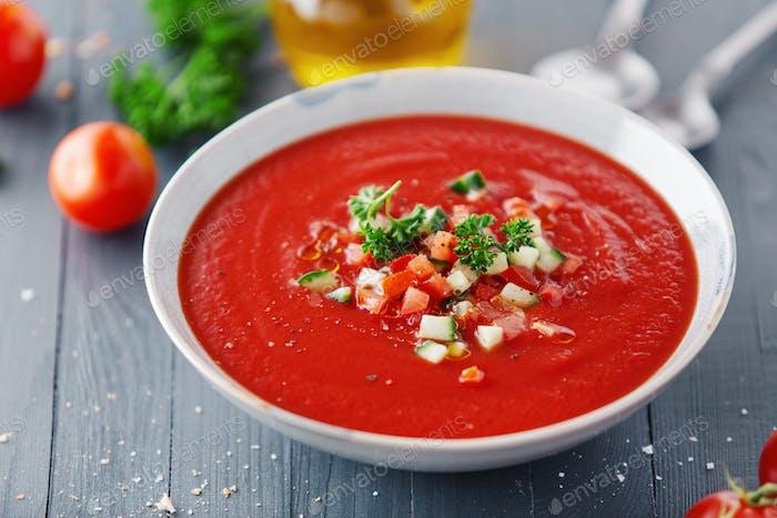 Leckere sommerliche Tomatensuppe serviert in Schüssel