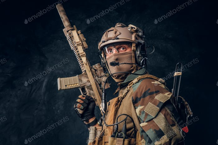 Elite-Einheit, Spezialeinheit Soldat in Tarnuniform posiert mit Sturmgewehr.